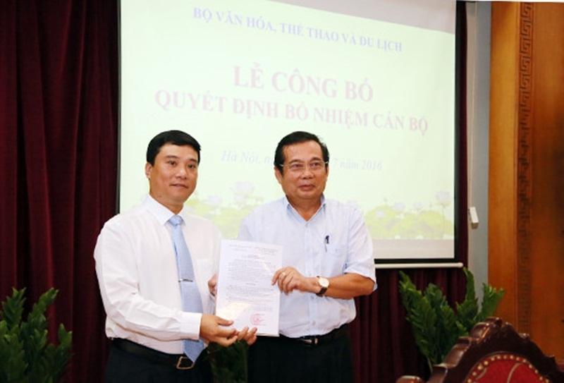 Tân Chánh Văn phòng Bộ VHTTDL Nguyễn Thái Bình (trái) nhận quyết định bổ nhiệm.