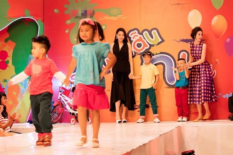"""Trang Nhung chia sẻ, hiện tại cô khá bận rộn phụ giúp chồng tại công ty truyền thông và chăm sóc con gái. """"Lần này tôi nhận tham dự chương trình vì tôi vốn yêu trẻ con, cho đến khi có con lại càng yêu hơn. Hơn nữa đây là cuộc thi cho các bé. Nhìn các bé biểu diễn, đi catwalk tôi thấy thích lắm và cứ cười tủm tỉm khi tưởng tượng bé Vani cũng sẽ như thế"""", Trang Nhung cho biết."""