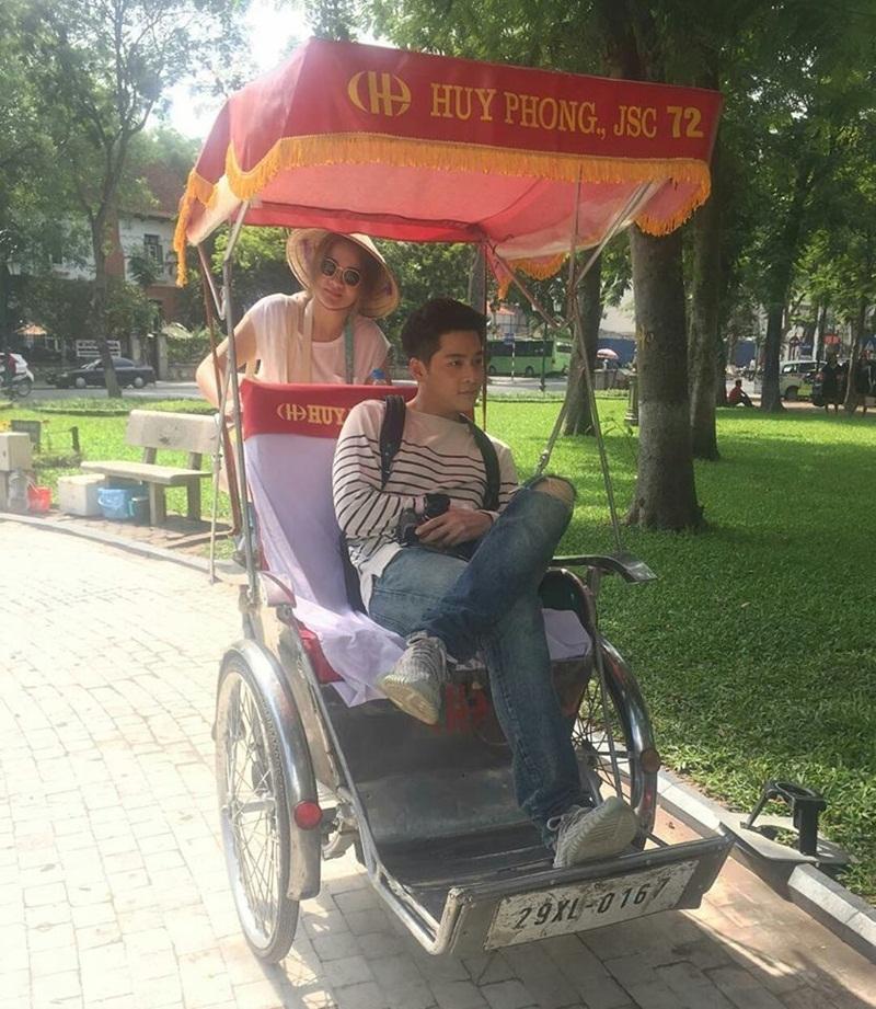 Anh chàng thích thú trải nghiệm đi xe xích lô.