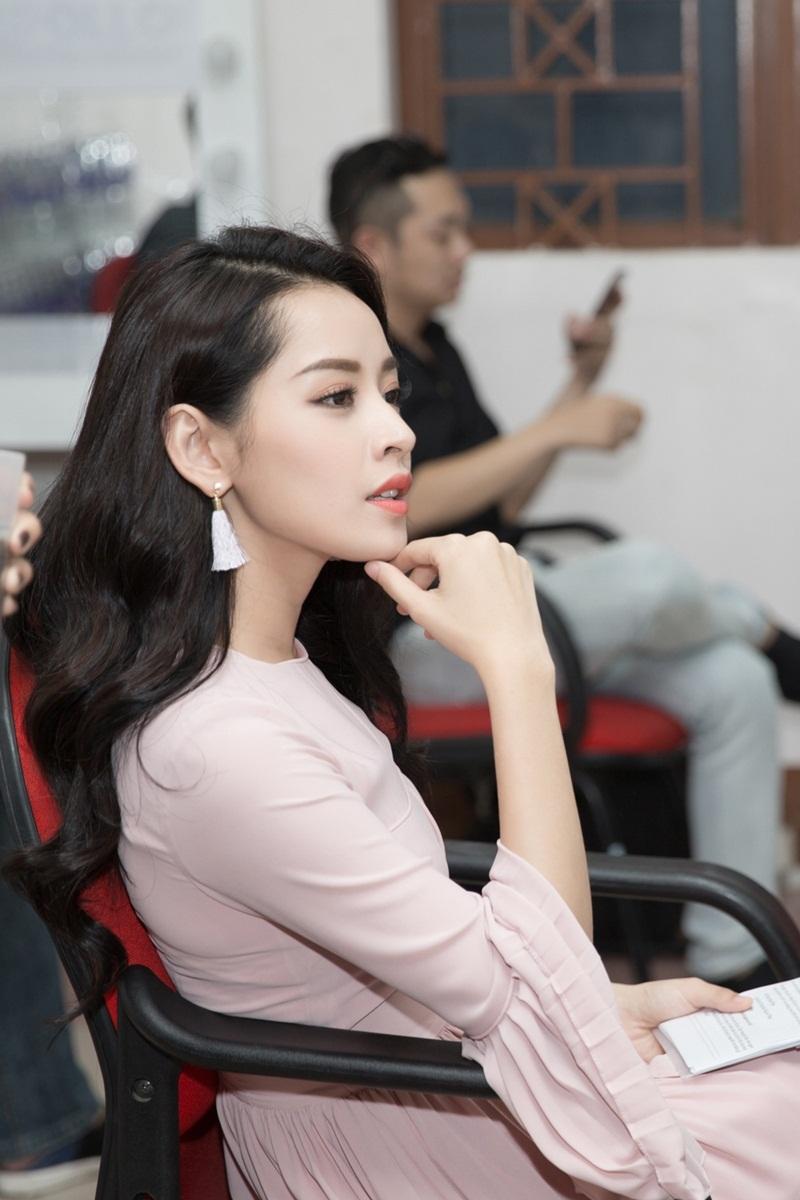 """""""Ca sĩ HyunA có ê-kip hùng hậu đồng hành trong các hoạt động. Phía công ty quản lý chặt chẽ trong việc kiểm soát hình ảnh. Chỉ một nhiếp ảnh duy nhất được chỉ định giữa êkip HyunA và BTC được chụp, còn lại đều bị từ chối"""", Chi Pu kể."""
