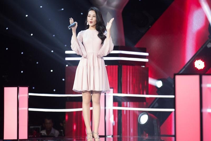 Đây là lần thứ hai Chi Pu làm MC trên sóng trực tiếp Đài truyền hình Việt Nam sau Bước nhảy hoàn vũ nhí 2015.