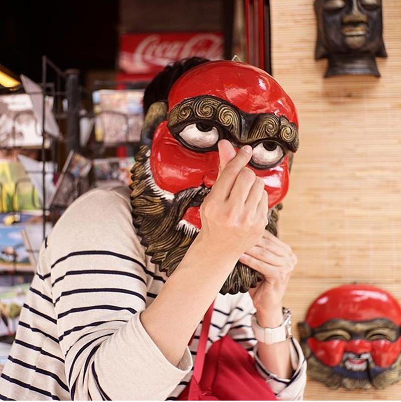 Tại một cửa hàng bán mặt nạ trên phố cổ