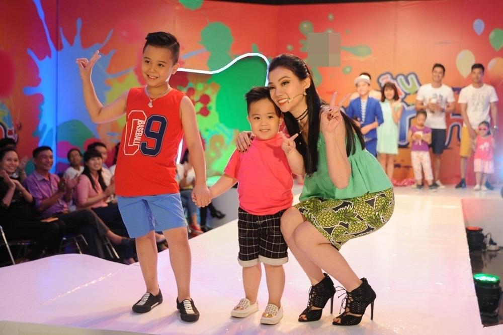 Vừa qua, ca sĩ Thu Thủy xuất hiện tại buổi ghi hình của một chương trình. Nữ ca sĩ diện một trang phục trẻ trung với tông xanh lá. Chiếc váy quây màu xanh rêu giúp cô dễ dàng tôn lên nước da trắng.