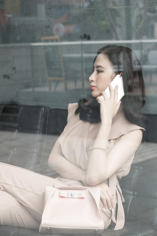 """Ngay khi kết thúc buổi ghi hình, người đẹp lại tiếp tục ra sân bay để trở lại phim trường ở Đắk Lắk. Bên cạnh đó, cô cũng đầu tư trau dồi vốn tiếng Anh và kỹ năng diễn xuất để có thể đảm nhận nhiều vai diễn """"nặng ký"""" hơn trong tương lai."""