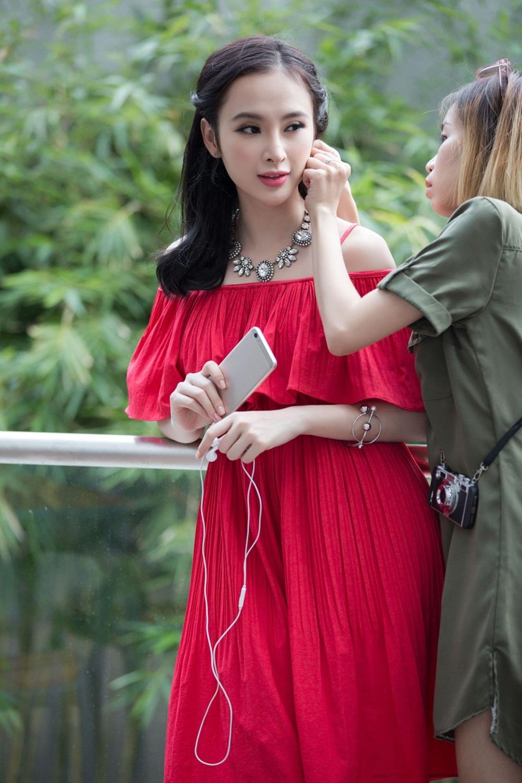 Tươi tắn rạng ngời với trang phục sắc đỏ.