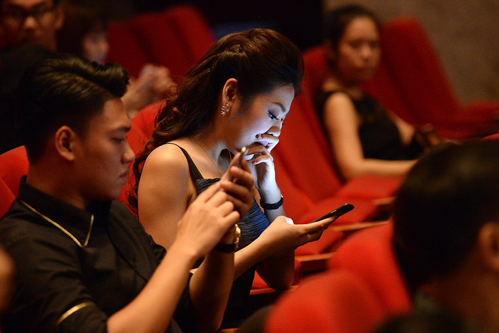 Ống kính PV Dân trí đã ghi lại được khoảnh khắc Á hậu Tú Anh và em trai BTV Ngọc Trinh công khai tới dự và ngồi cạnh nhau trong đêm nhạc Hồ Ngọc Hà. Tuy nhiên cả trước đó lẫn thời điểm hiện tại, Á hậu chưa thừa nhận mối quan hệ tình cảm với thiếu gia này.