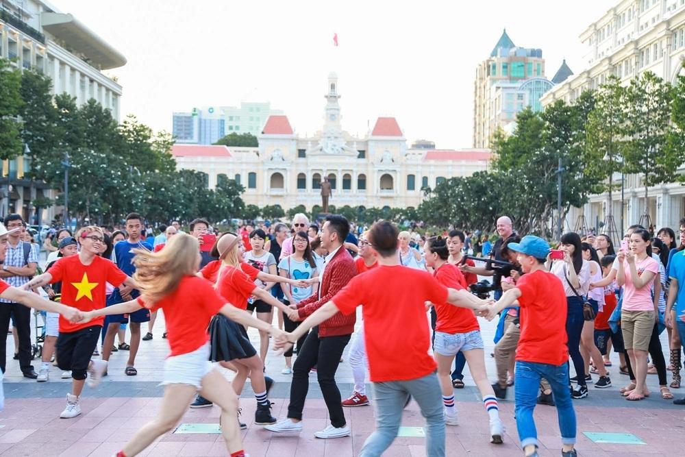 """""""Phố đi bộ Nguyễn Huệ là một trong những địa điểm nổi tiếng của Sài Gòn nằm trong MV của Phước sắp ra mắt. Mang ca khúc của mình ra đây, tôi hi vọng sẽ truyền tải được thông điệp của bài hát đến nhiều bạn trẻ, đặc biệt là những người đam mê du lịch"""", nam ca sĩ cho biết."""