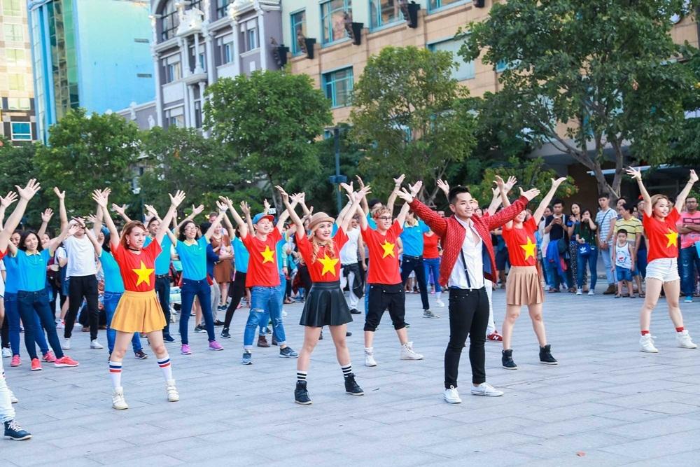 Chiều tối 31/7, Phạm Hồng Phước cùng các thành viên của vũ đoàn, tình nguyện viên thanh niên và một số fan hâm mộ thực hiện màn biểu diễn flashmob trên phố đi bộ Nguyễn Huệ.