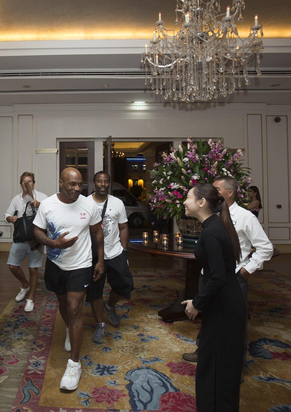 Diễn viên – nhà sản xuất Trần Bảo Sơn chia sẻ, dù rất thân thiện và gần gũi với mọi người trong đoàn phim, nhưng Mike Tyson cũng không thể dành thời gian để thăm những thắng cảnh tại Việt Nam hay tổ chức gặp gỡ giới truyền thông như dự kiến.
