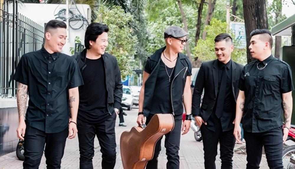 Nghệ sĩ Chi Thanh (cầm đàn) cùng nghệ sĩ Thanh Bùi (thứ 2 từ trái sang) cùng đặt rất nhiều kì vọng vào sự chuyển mình của nền âm nhạc Việt Nam.