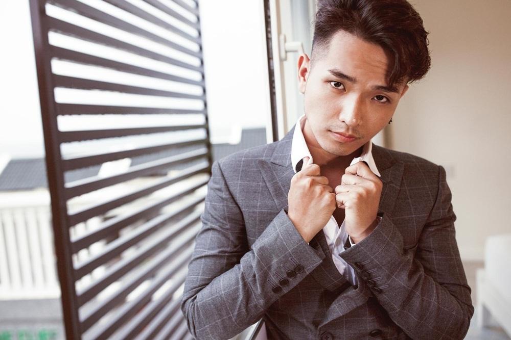 """Chỉ trong vòng hơn 2 tuần ra mắt phiên bản audio, """"Việt Nam, đi, hôn và yêu"""" đã lọt top 3 sản phẩm âm nhạc có lượt nghe và chia sẻ nhiều nhất trên bảng xếp hạng một trang web nhạc số nổi tiếng. Hiện ca khúc vẫn giữ vững thứ hạng cao với hơn 3,2 triệu lượt nghe."""