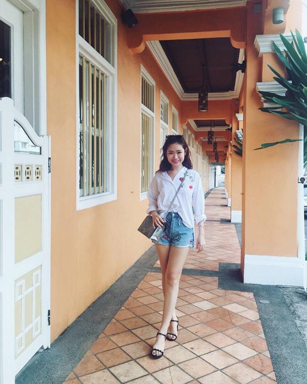 Ngọc Mai trẻ trung trong set đồ đời thường tại Singapore.