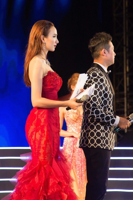 Là một trong những người đẹp theo đuổi nghề dẫn chương trình, Hoa hậu Ngọc Diễm tạo được dấu ấn riêng với lối dẫn duyên dáng và linh loạt.