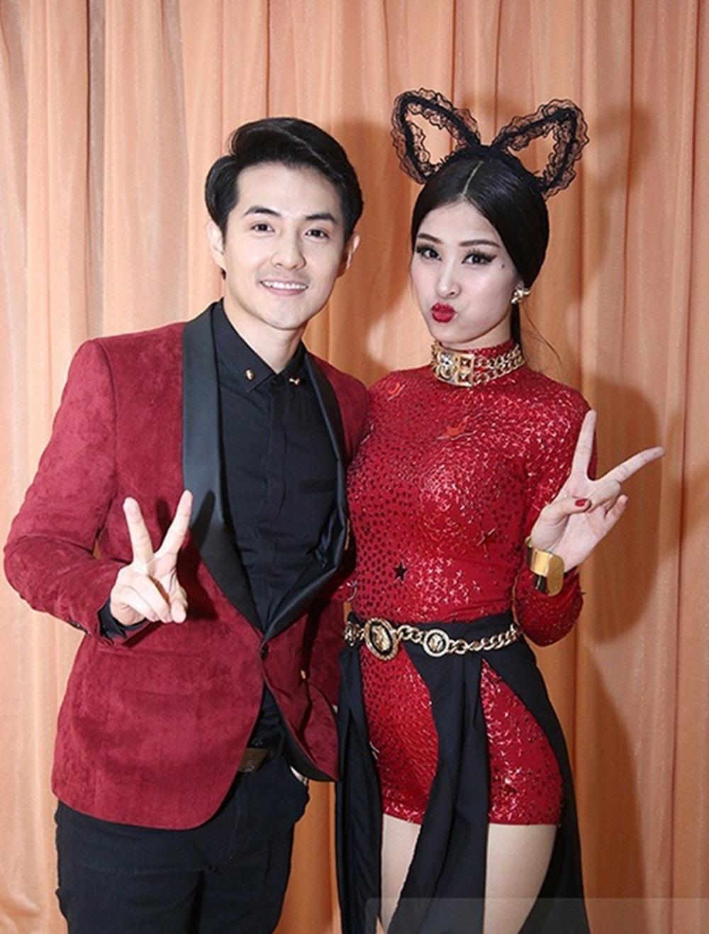 Đến ủng hộ tinh thần cho Đông Nhi khi tham gia The Remix 2015, Ông Cao Thắng cũng diện bộ trang phục với điểm nhấn ở chiếc vest ăn ý với màu bộ bodysuit mà Đông Nhi diện.