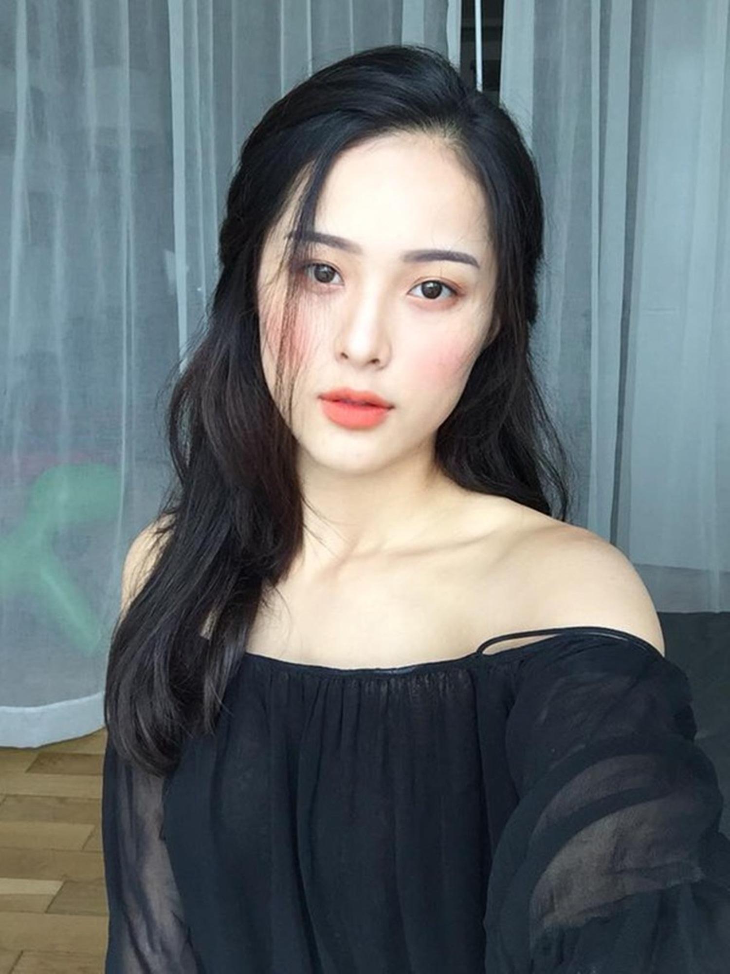 Hạ Vi sinh năm 1993 tại Hải Phòng. Hạ Vi từng đoạt giải Hoa học trò Icon phong cách 2010 và Người đẹp tài năng Hoa hậu ảnh tạp chí Thế giới Phụ nữ.