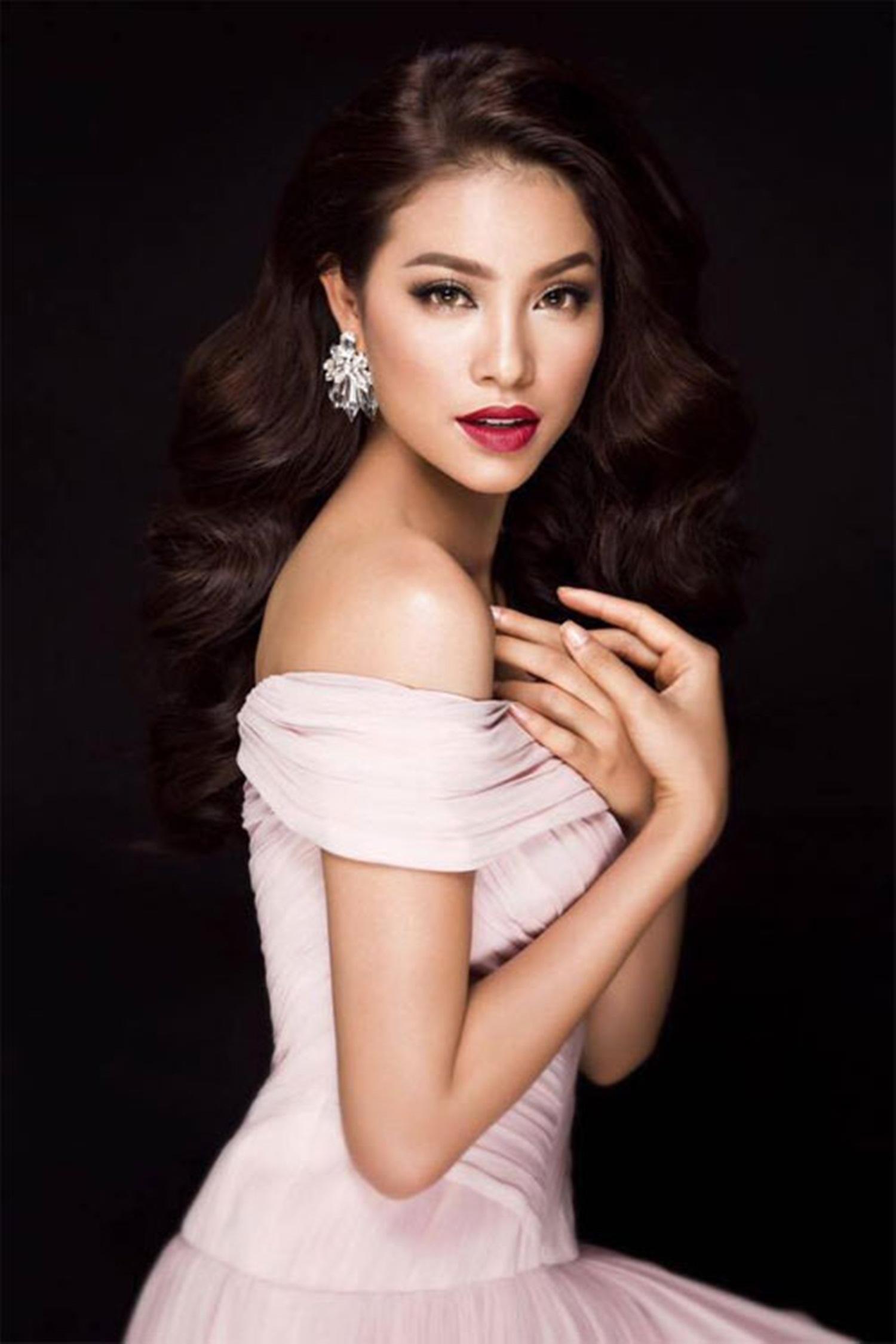 Trước khi dự thi Hoa hậu Hoàn vũ Việt Nam thì Phạm Hương từng đoạt danh hiệu Á hậu 1 Hoa hậu thể thao 2014 tổ chức tại Nga và lọt top 10 Hoa hậu Việt Nam 2014.