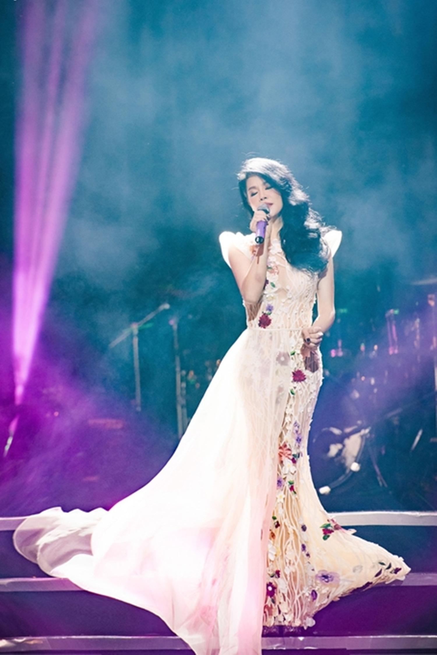 Có thể nói chính gu thời trang cũng góp phần làm tôn giọng hát của Thu Phương, đưa cô hoàn thiện một hành trình trở về nơi đã khởi sinh, nuôi nấng tâm hồn và giọng hát Thu Phương.