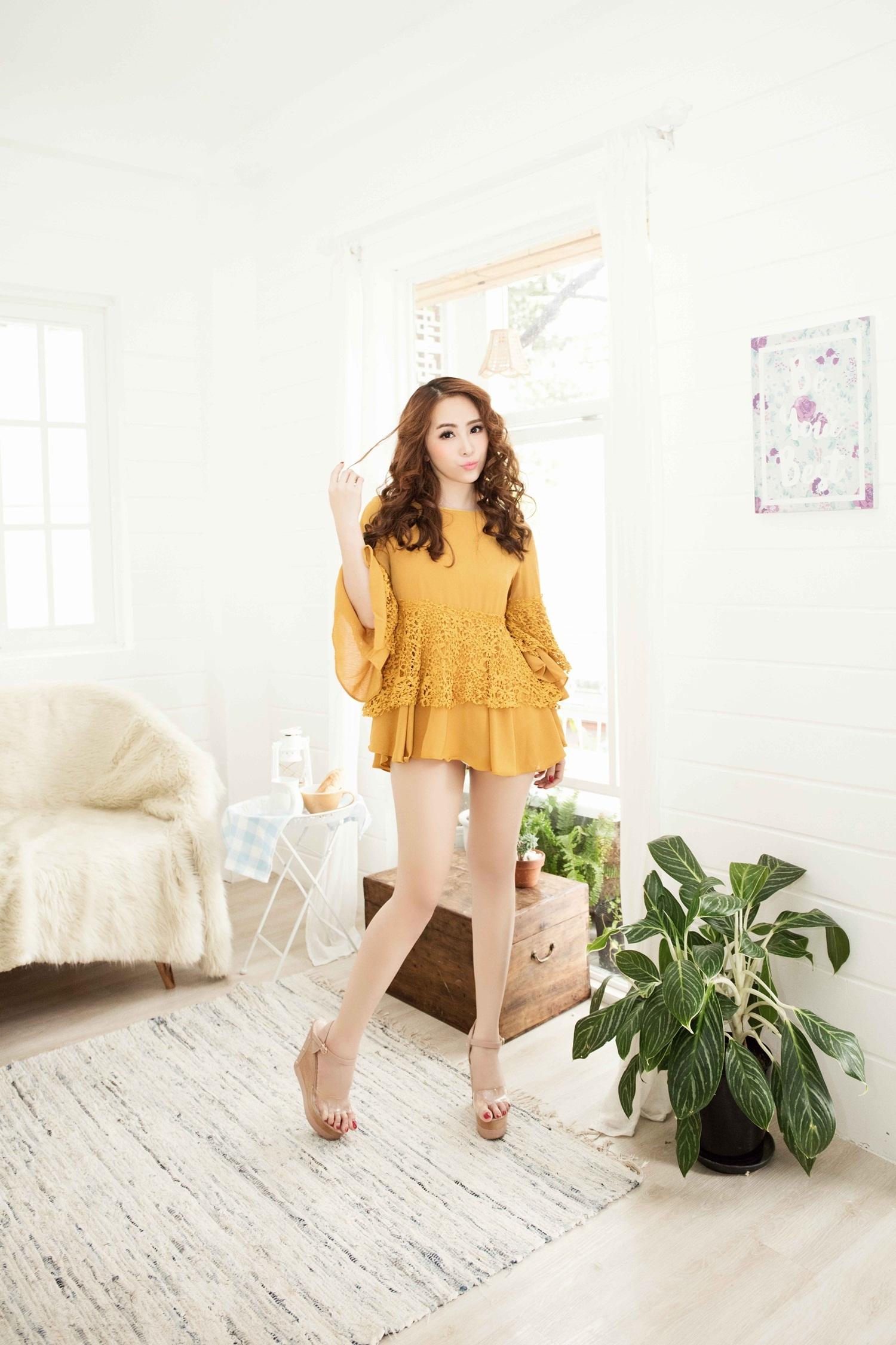 Thiết kế váy babydoll với kiểu dáng eo cao và rộng rãi giúp tôn đôi chân dài và che vòng 2 lớn.