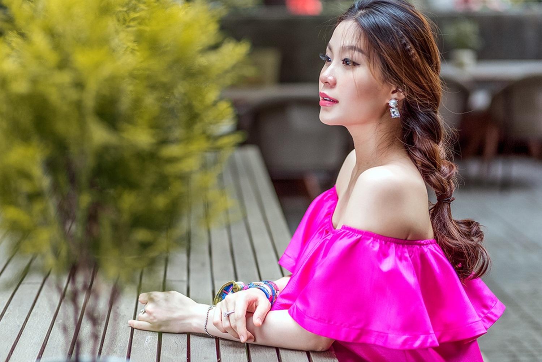 Cô sống ở cả Hà Nội lẫn TP.HCM, ở những tháng cuối thai kỳ, cô chọn Sài Gòn để bố mẹ đẻ tiện bề chăm sóc.