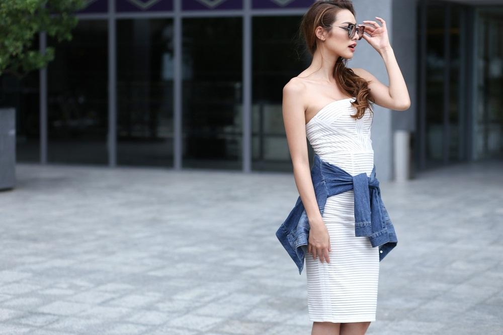 Chân dài còn nhanh trí tạo điểm nhấn màu sắc cho set trang phục white – on – white với khoác jean cột hờ ngang eo.