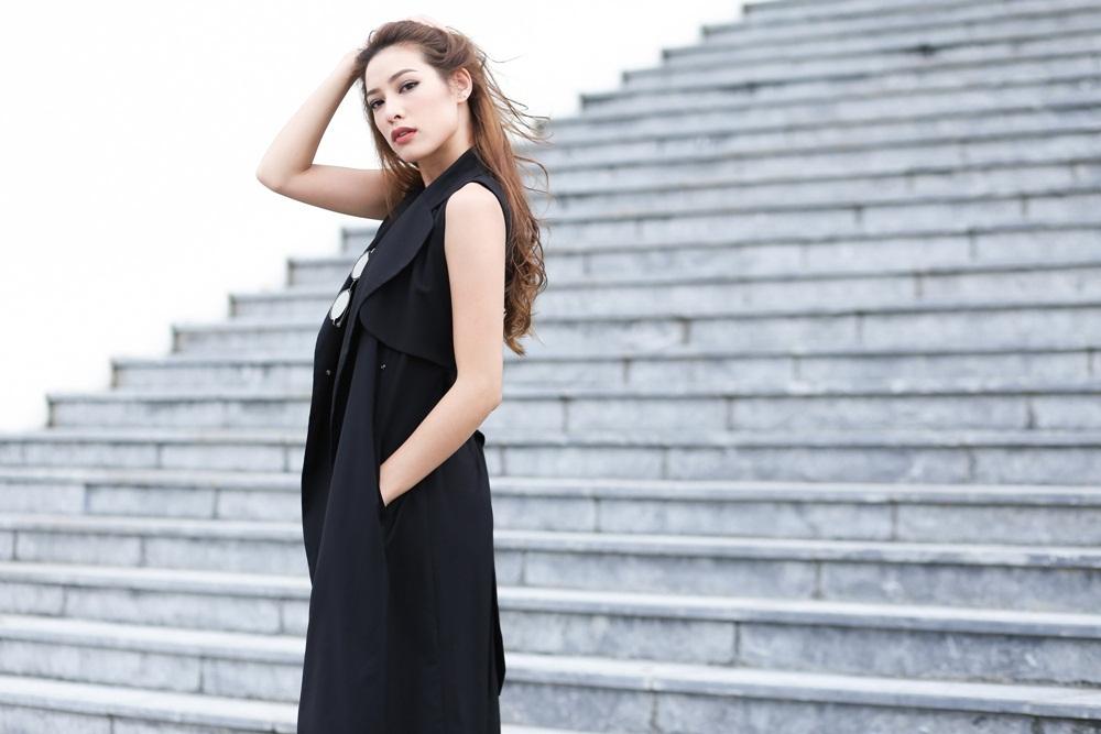 Thích hợp với tiết trời Sài Gòn, trang phục này không chỉ gọn gàng mà còn rất thời thượng khi phối cùng áo dáng dài giả vest.