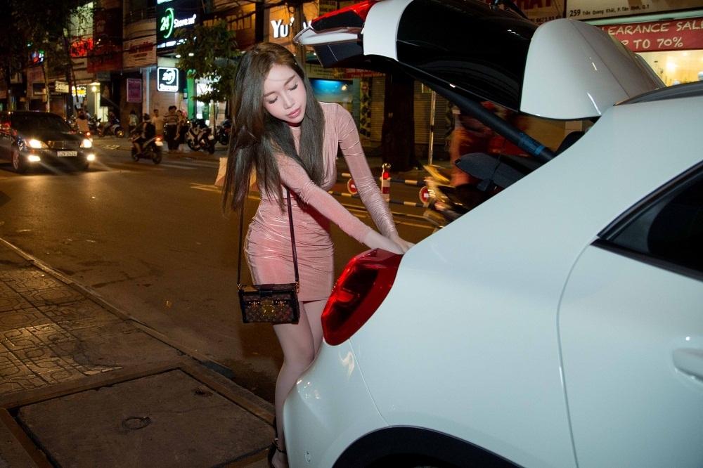 Người đẹp cũng gây chú ý khi tự lái xế hộp màu trắng sang trọng. Cô muốn chủ động trong công việc và tránh làm phiền người thân đưa đón.