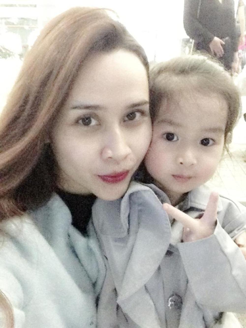 Khoảnh khắc Lưu Hương Giang selfie cùng con gái đầu Mina. Hai mẹ con mix đồ ăn ý.