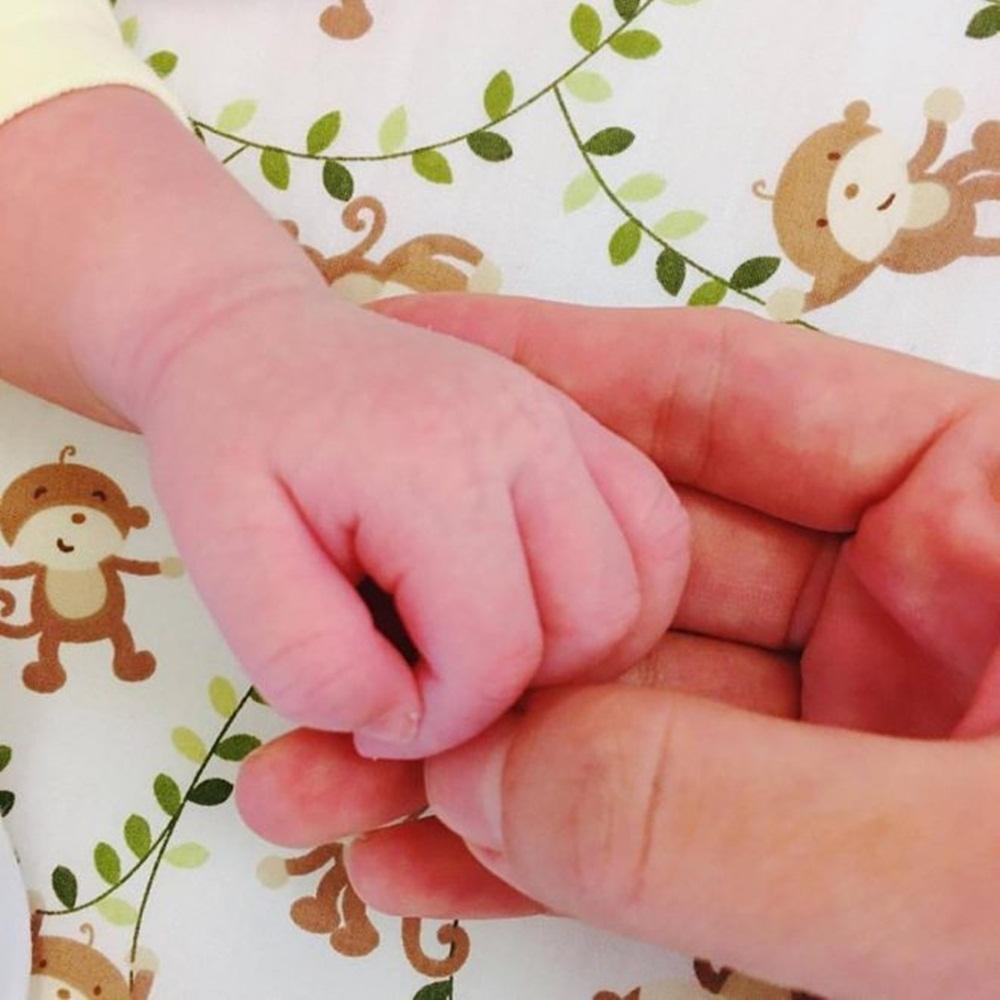 Lưu Hương Giang chia sẻ khoảnh khắc nắm tay con gái thứ 2.