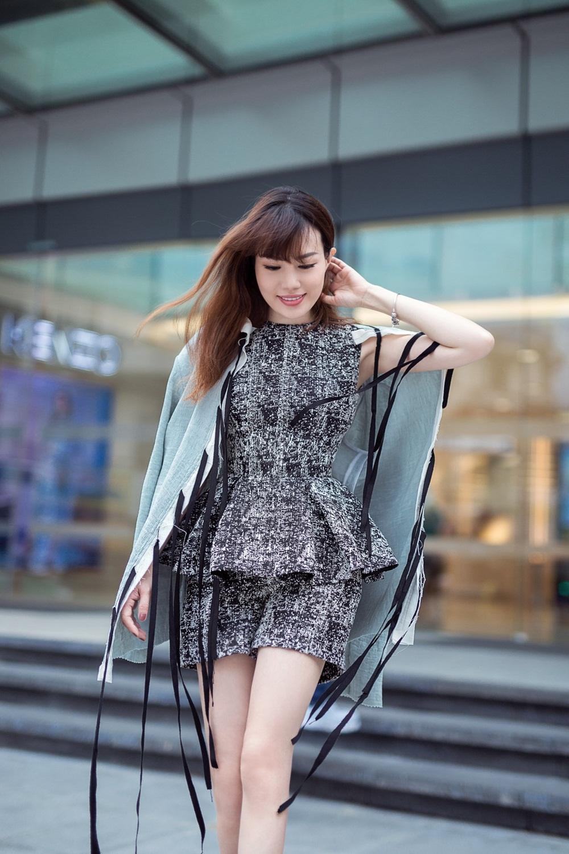 Amanda Huỳnh lựa chọn trang phục màu sắc trung tính cùng kiểu dáng được cắt may thanh thoát, hợp với vóc dáng của cô.