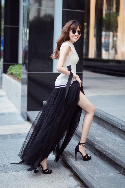 Amanda Huỳnh được biết đến không chỉ là tiến sĩ Luật, hoạ sĩ, nhà văn còn là fashionista với gout thời trang sành điệu.
