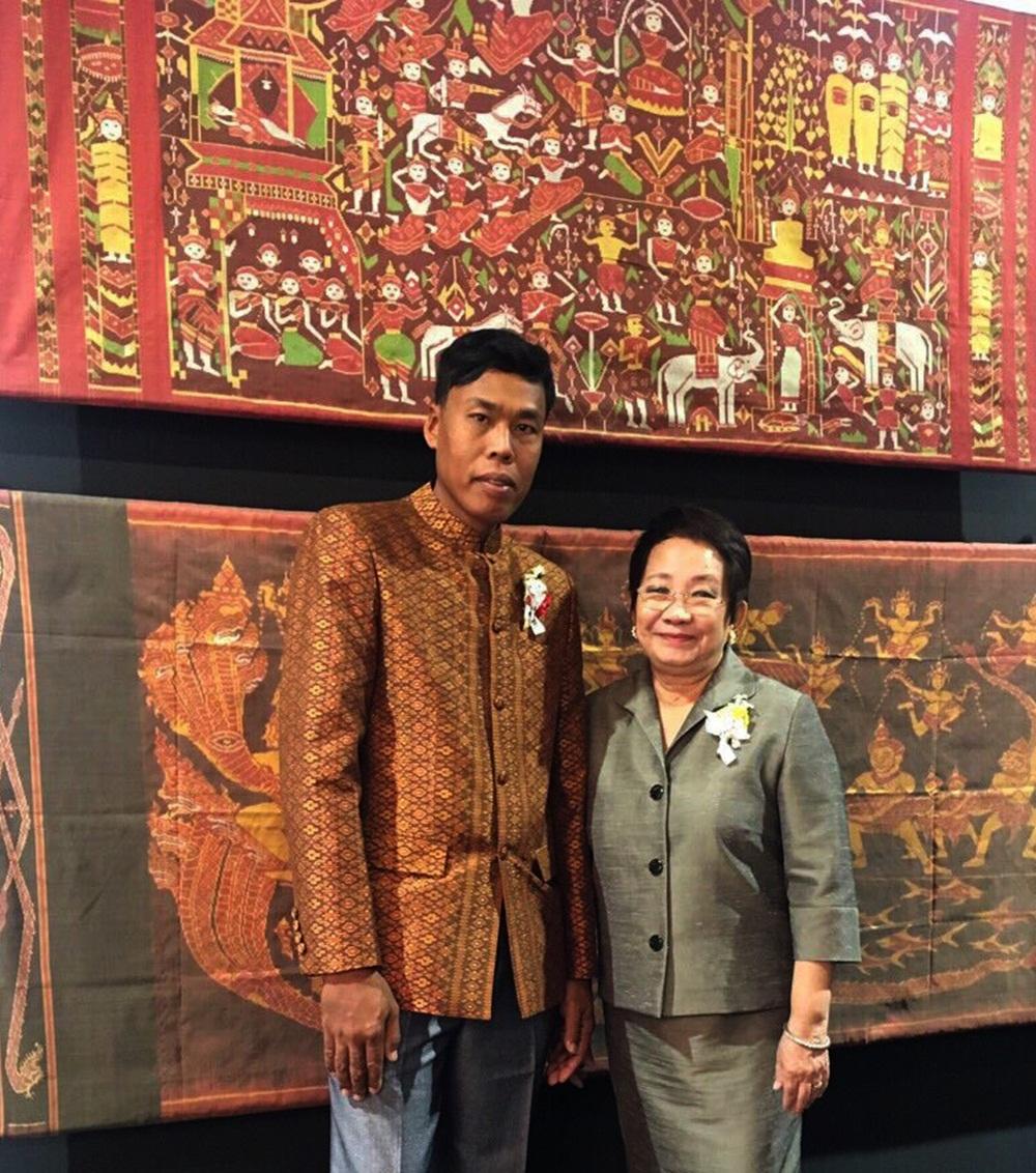 Nghệ nhân Campuchia cùng bức tranh dệt.