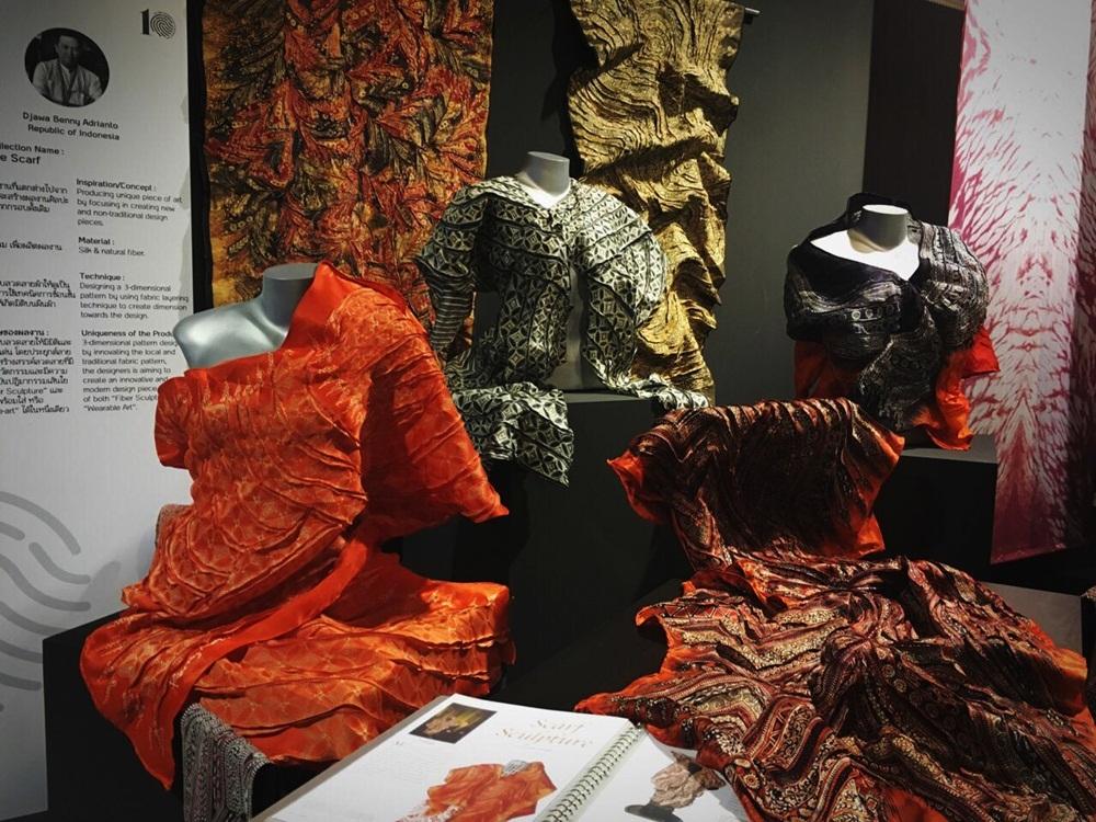 Những chiếc khăn lụa 3D của NTK Indonesia.