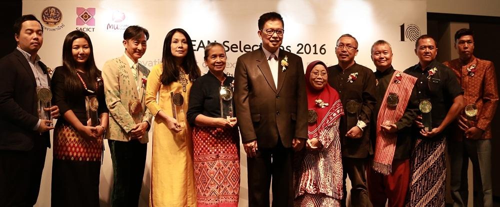 NTK Minh Hạnh (thứ 4 từ trái sang) cùng 10 nghệ nhân của 10 quốc gia Đông Nam Á.