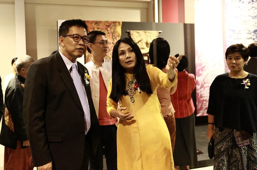 NTK Minh Hạnh giải thích ý nghĩa của chất liệu thổ cẩm với các nhân vật trong chính phủ và Hoàng gia Thái tại Triển lãm Asean Selection 2016.