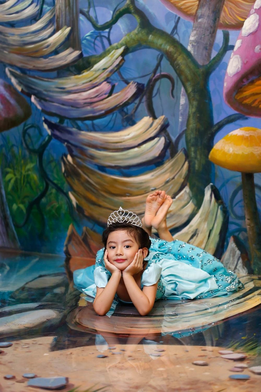 Bối cảnh chụp là bức ảnh hình họa thần tiên 3D trên tường. Với vẻ ngoài xinh xắn và đôi mắt to tròn ngây thơ, bé Chiko hoàn toàn phù hợp phong cách nhẹ nhàng và nữ tính.