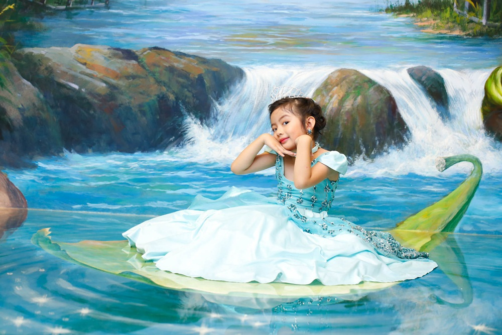 Trong trang phục váy rộng xòe, cô bé như hóa thân thành một nàng công chúa đầy xinh đẹp trong cổ tích.