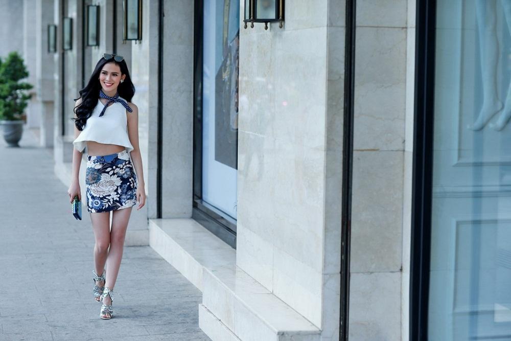 Sự pha trộn giữa sắc trắng cùng chân váy ôm màu sắc mang đến hình ảnh đầy nổi bật.