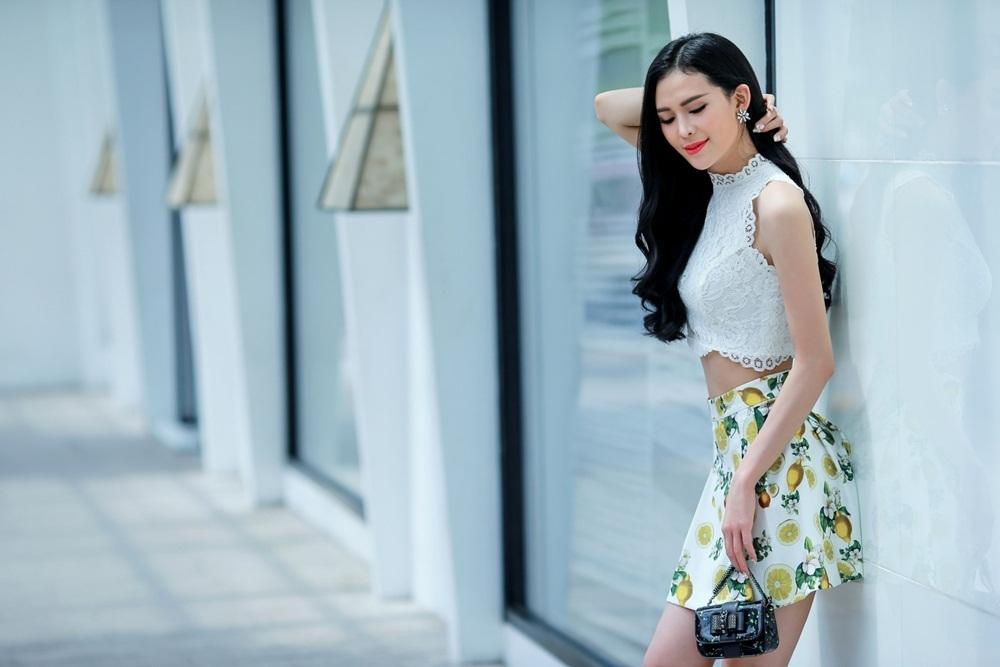 Áo crop top ren màu trắng đầy mơ màng kết hợp cùng chân váy.