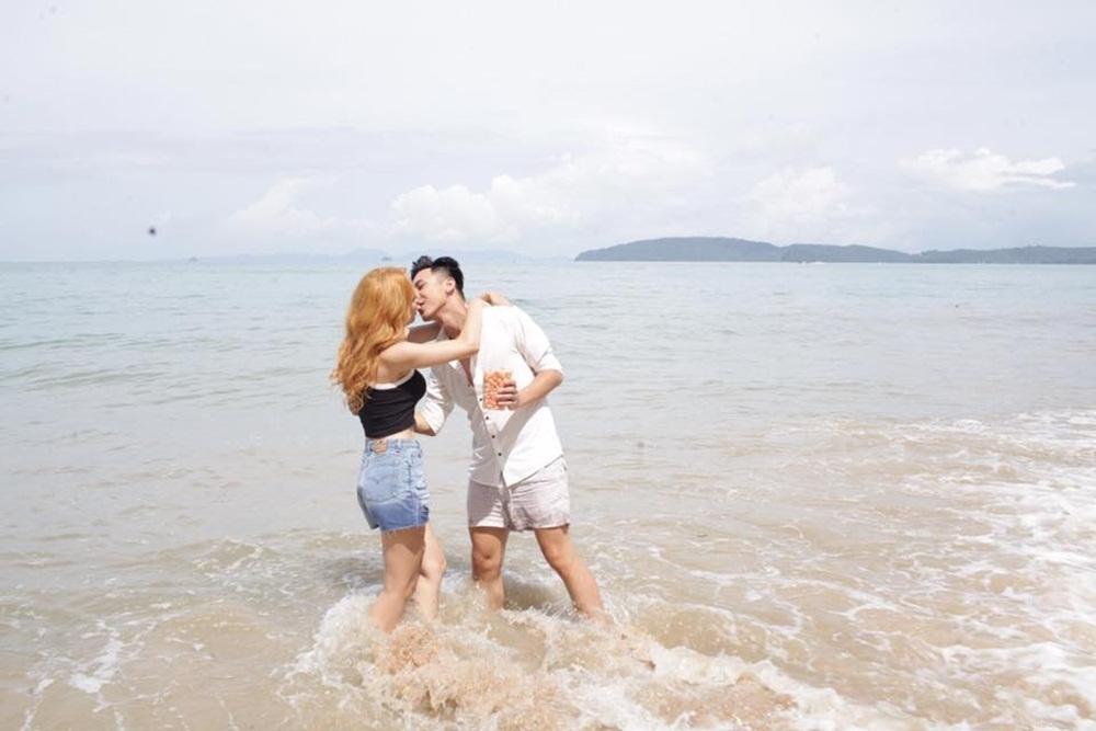 Nụ hôn nhẹ nhàng thay cho cảnh nóng.