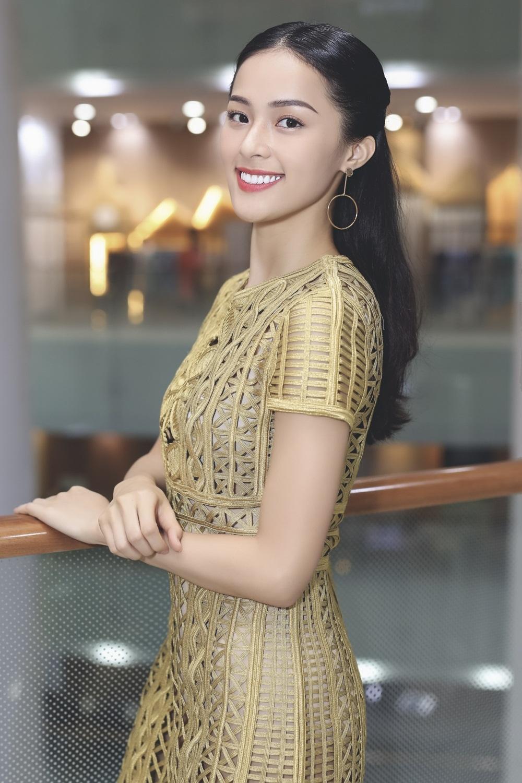 Nữ diễn viên lựa chọn váy màu vàng, gam màu luôn đi liền với nàng Tấm trong phim.