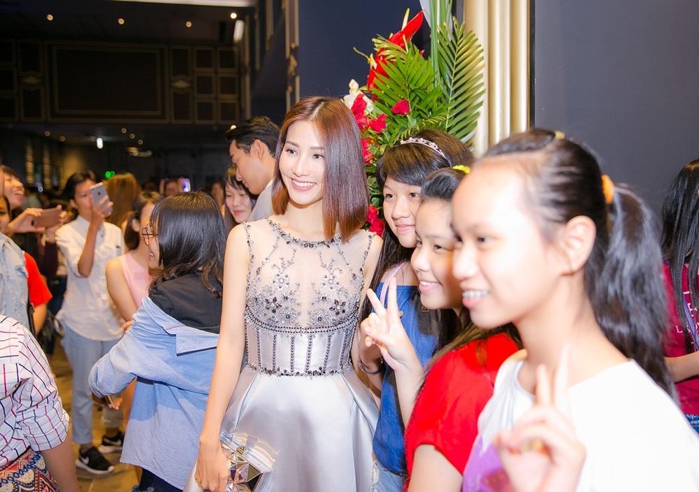 Xuất hiện nổi bật trong vòng vây của fan hâm mộ, Diễm My khoe vẻ đẹp nhẹ nhàng, sang trọng.
