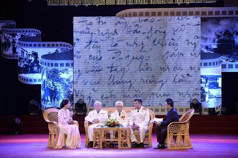 Thượng úy Nguyễn Xuân Dương - cháu nội liệt sĩ Nguyễn Minh Sơn (ngồi cạnh MC Lê Anh) tiếp nối truyền thống gia đình trở thành chiến sĩ CAND.