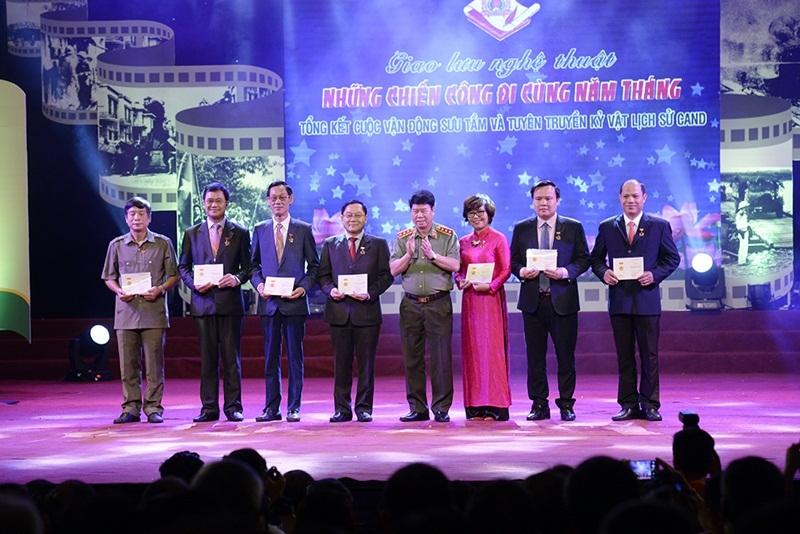 """Thượng tướng Bùi Văn Nam - Ủy viên Trung ương Đảng, Thứ trưởng Bộ Công an trao tặng Kỉ niệm chương """"Bảo vệ an ninh Tổ quốc"""" và bằng chứng nhận cho các đại biểu đã có những đóng góp tích cực, xuất sắc cho thành công của cuộc vận động."""
