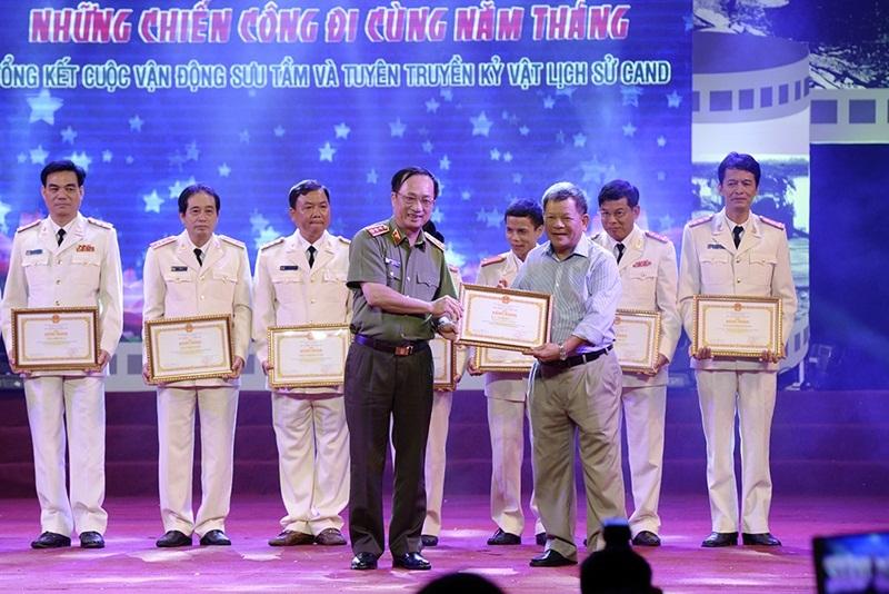 Thượng tướng Nguyễn Văn Thành - Ủy viên Trung ương Đảng, Thứ trưởng Bộ Công an tặng bằng khen các tập thể, cá nhân đã có đóng góp tích cực, xuất sắc cho cuộc vận động.