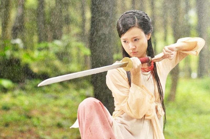 Midu vào vai nữ hiệp Hoa Xuân vừa ngây thơ trong sáng lại vừa mạnh mẽ.