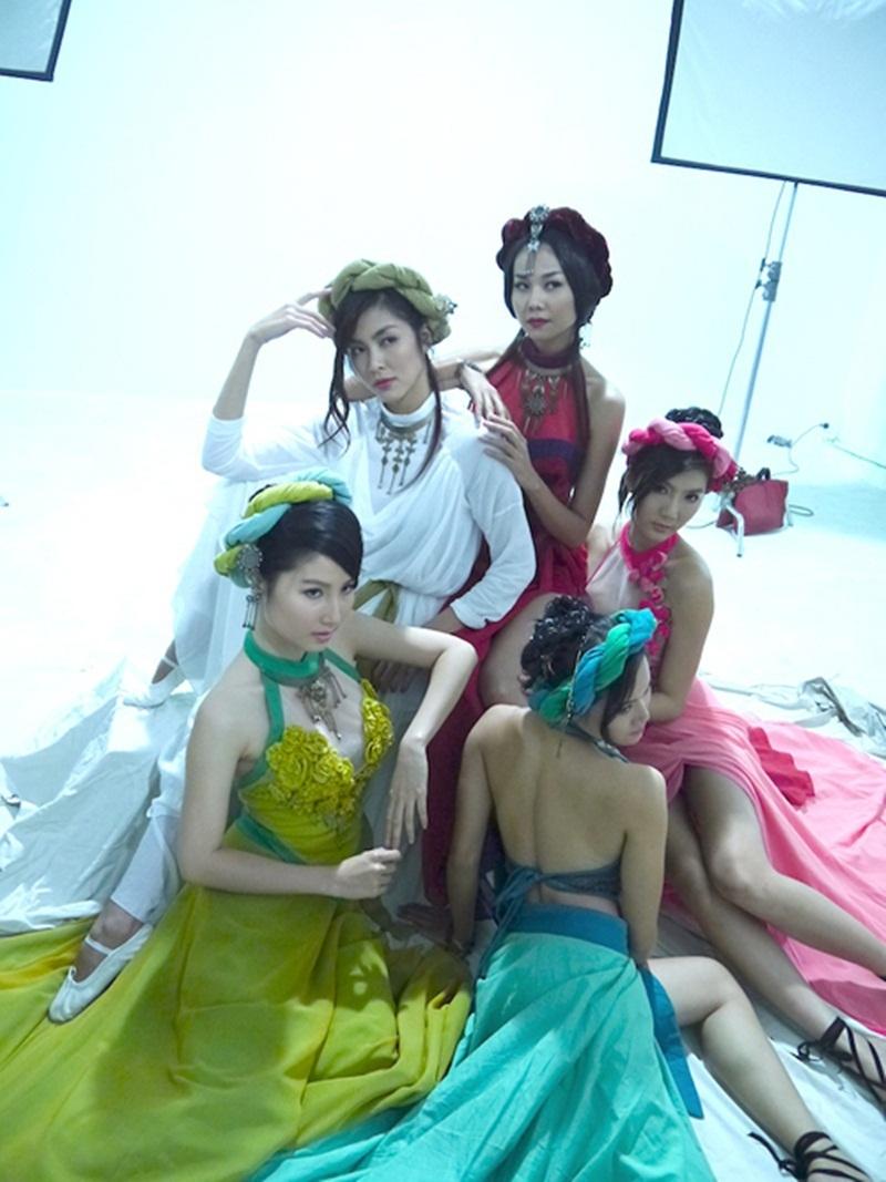 Trong bộ phim Mỹ nhân kế hàng loạt các ngôi sao đình đám như Thanh Hằng, Tăng Thanh Hà, Ngọc Quyên.. đã biến thành những kĩ nữ quán trà đẹp ma mị.