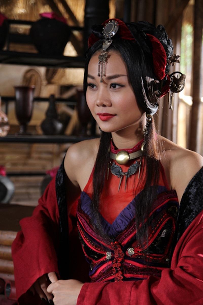 Tạo hình vai tú bà Kiều Thị của siêu mẫu Thanh Hằng. Tú bà quyến rũ này quản lý cả dàn kỹ nữ nguy hiểm, mê hoặc đàn ông bằng nhan sắc nhưng cũng có thể khiến họ lao đao bằng đao, kiếm.