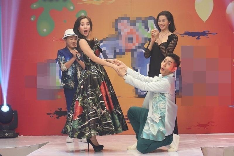 Tại buổi ghi hình, Vy Oanh chia sẻ niềm háo hức khi tham gia chương trình với tư cách giám khảo khách mời. Cô và diễn viên – MC Thanh Mai có những phút giây hứng khởi.