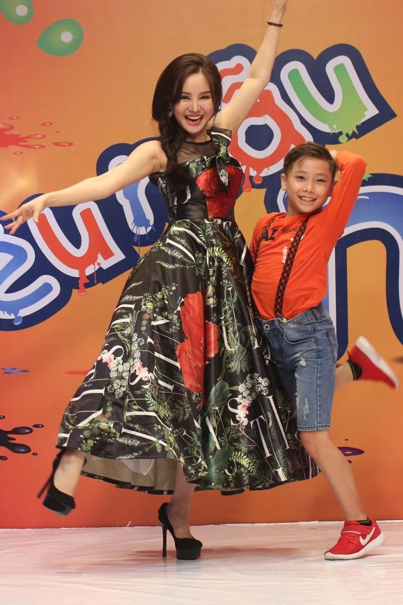 Nữ ca sĩ trẻ trung khi tạo dáng và nhảy múa liên tục.