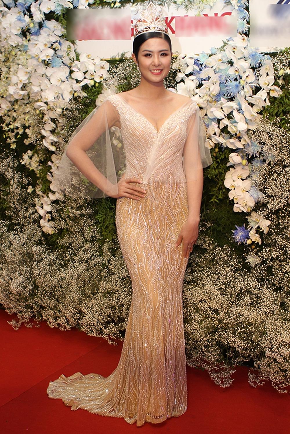 Hoa hậu Ngọc Hân là một trong số những ngôi sao đầu tiên xuất hiện trên thảm đỏ.